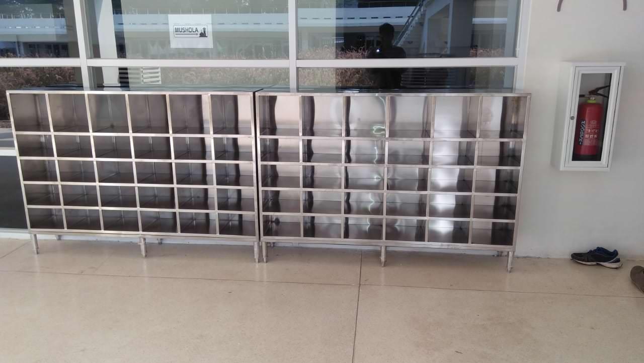 Foto : Rak sepatu cabinet stainless yang sudah terpasang di Mushola Komplek Gelora Bung Karno