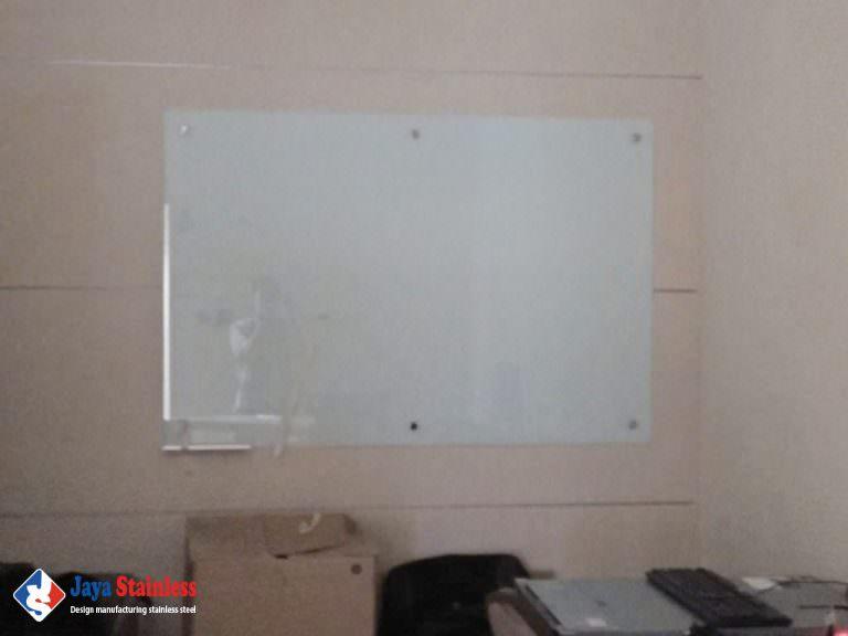 Keterangan : Glassboard non Magnet