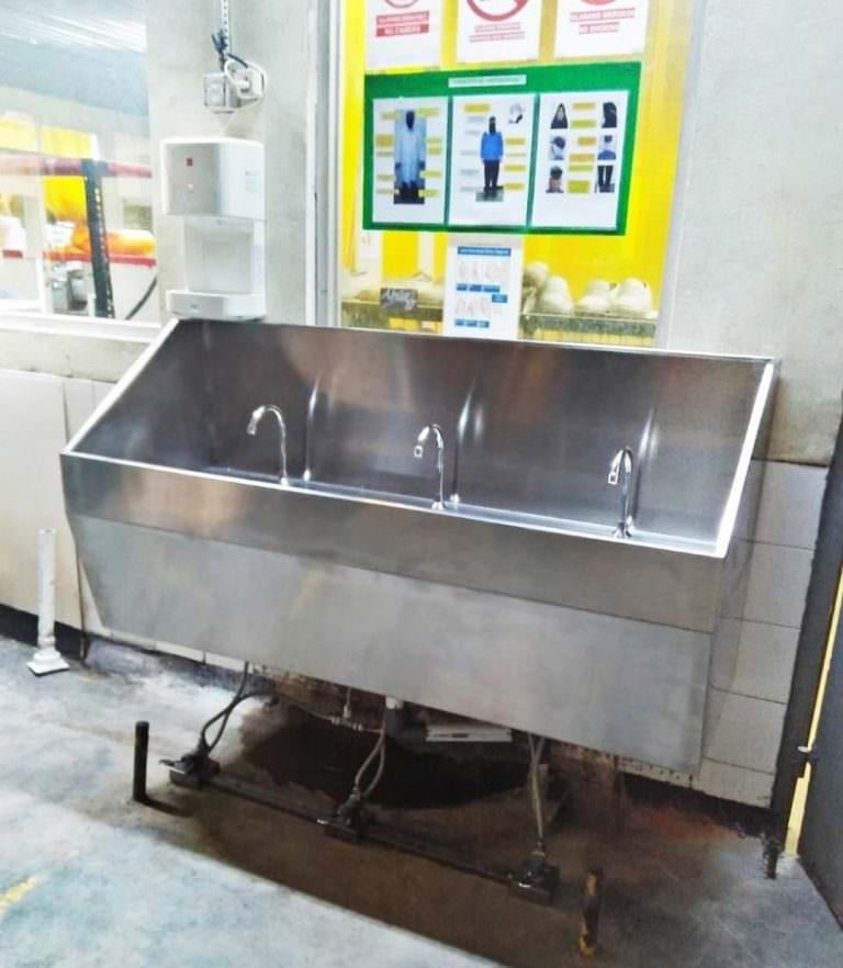 Wastafel cuci tangan dinding 3 keran pedal/Injak