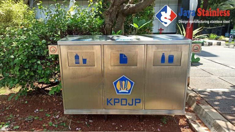 Tempat sampah outdoor stainless – Tempat Sampah Kotak Stainless Tutup Swing Depan
